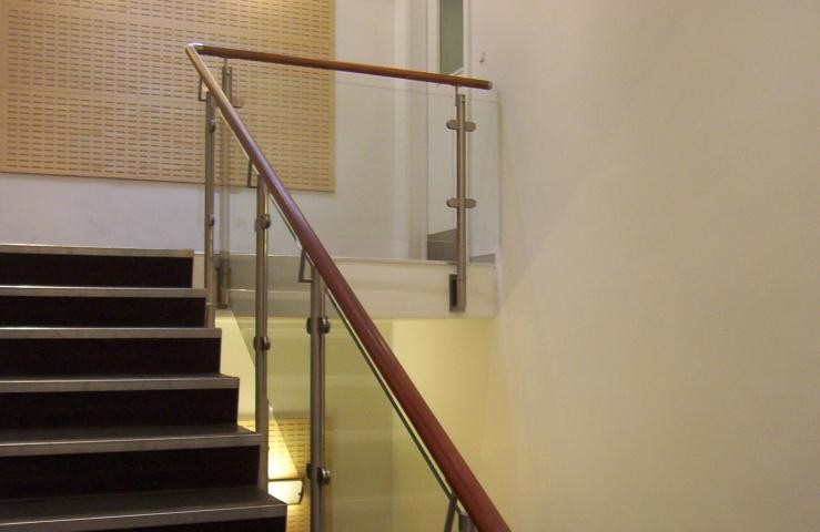 Renoverede trapper indendørs med glasværn